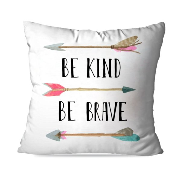"Almofada Be Kind Be Brave, de poliéster, 35 x35 cm. <a href=""https://www.wevans.com.br/almofada-avulsa-decorativa-be-kind-be-brave"" target=""_blank"" rel=""noopener"">Wevans</a>, R$ 29,90"