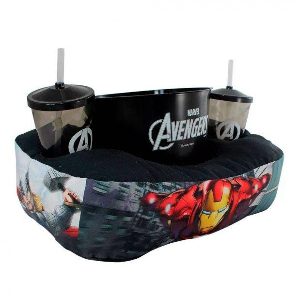 "Kit almofada e porta-pipoca Vingadores, com copo de 500 ml e balde 2,5 litros. <a href=""https://www.artgeek.com.br/almofadas/kit-almofada-porta-pipoca-vingadores-avengers/5428"" target=""_blank"" rel=""noopener"">Artgeek</a>, R$ 92,90"