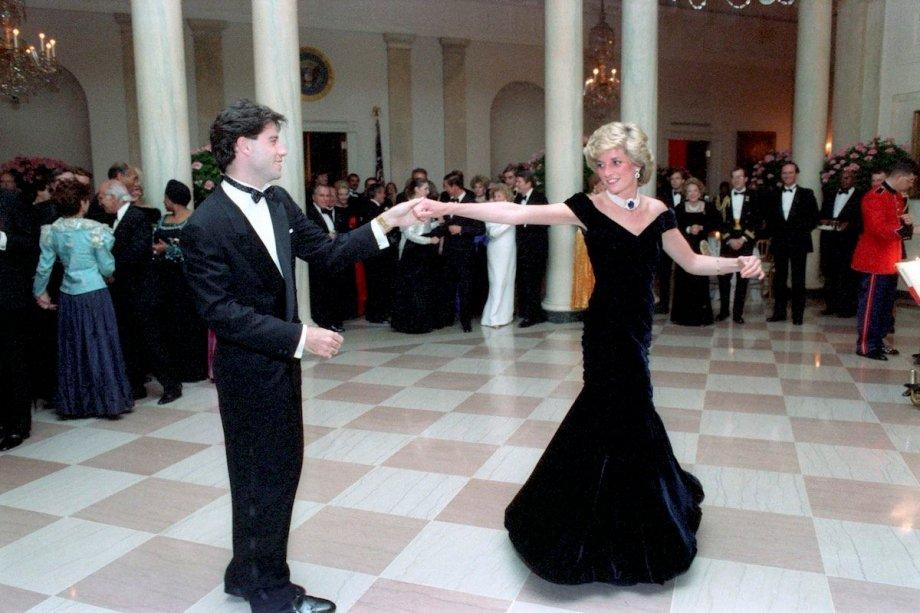 <span>A princesa Diana dançou com o ator John Travolta em um jantar do presidente Raegan na Casa Branca, em 1985, usando este vestido de veludo feito sob medida por Victor Edelstein. Leiloado pela primeira vez em 1997 por £100,000, o vestido icônico foi vendido de novo em 2013 por £240,000.</span>