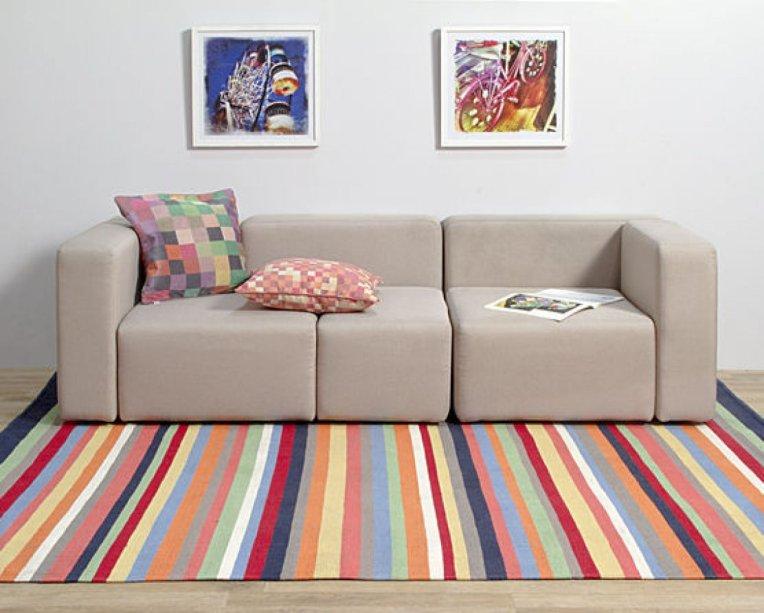 "Tapete Listra Colorido, de kilim artesanal, 1,50 x 2 m. <a href=""https://produto.mercadolivre.com.br/MLB-933439606-tapete-listra-colorido-de-150-x-200-_JM?quantity=1"" target=""_blank"" rel=""noopener"">Mercado Livre</a>, R$ 360"