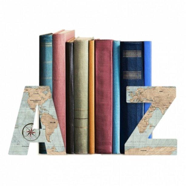 """Aparador AZ Mapa, de chapa de aço e pintura epóxi e impressão. <a href=""""https://www.designmania.com.br/casa-e-decoracao/casa-e-decoracao-filho/aparador-de-livros/aparador-de-livros-az-mapa/p/3663"""" target=""""_blank"""" rel=""""noopener"""">Designn Maniaa</a>, R$ 50,35"""