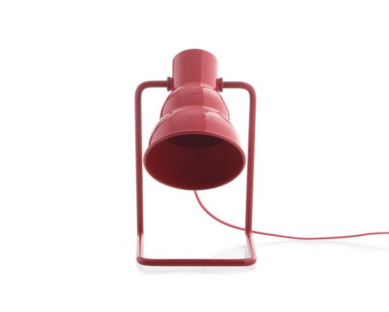 """Luminária de mesa. <a href=""""https://www.oppa.com.br/produto/luminaria-de-mesa-carmim-vermelha"""" target=""""_blank"""" rel=""""noopener"""">Oppa</a>, R$ 323,99"""