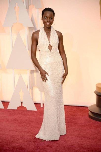 <span>Para a cerimônia do 87th Annual Academy Awards em 2015, Lupita Nyong'o usou um vestido Calvin Klein feito com mais de 6 mil pérolas no valor de $150 mil dólares.</span>