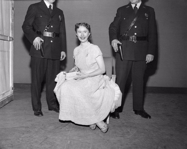 <span>Mary Joe Connolly, fotógrafa da King Features, modelou um vestido de casamento feito de 100 mil pérolas cultivadas. Na década de 1950, o vestido valia $100,000 e hoje vale meio milhão de dólares.</span>