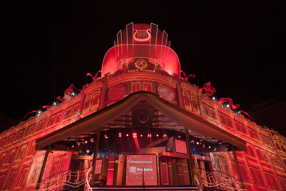 O Palácio Avenida permanece iluminado depois do final da apresentação: emocionante!