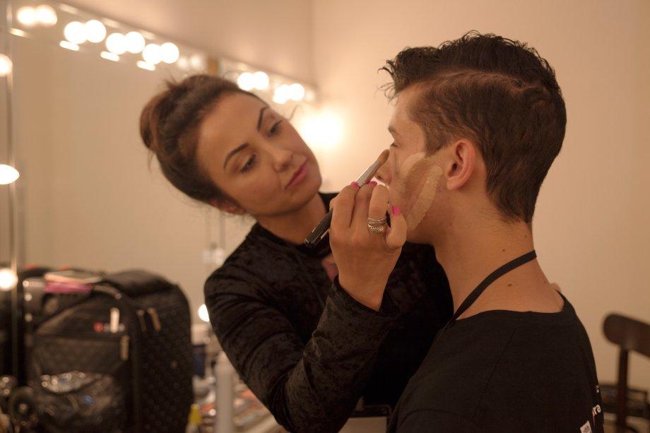 A intenção da maquiagem é deixar os bailarinos parecidos com bonecos