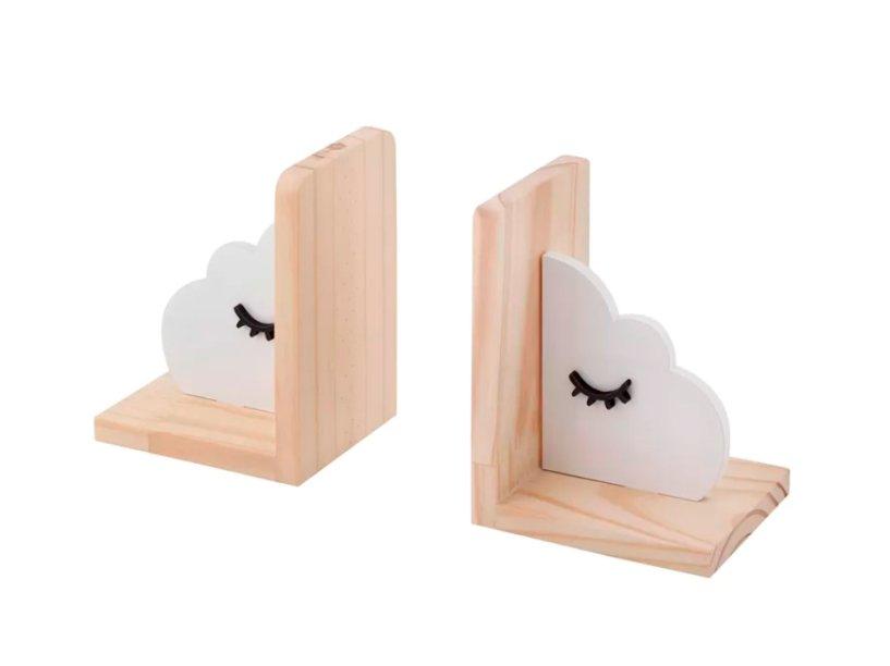 """O aparador de livros Hang It Nuvem, com dois, custa R$ 99,90 na <a href=""""https://www.tokstok.com.br/it-nuvem-aparador-de-livros-c-2-natural-branco-hang/p?idsku=350093"""">Tok&Stok</a>."""