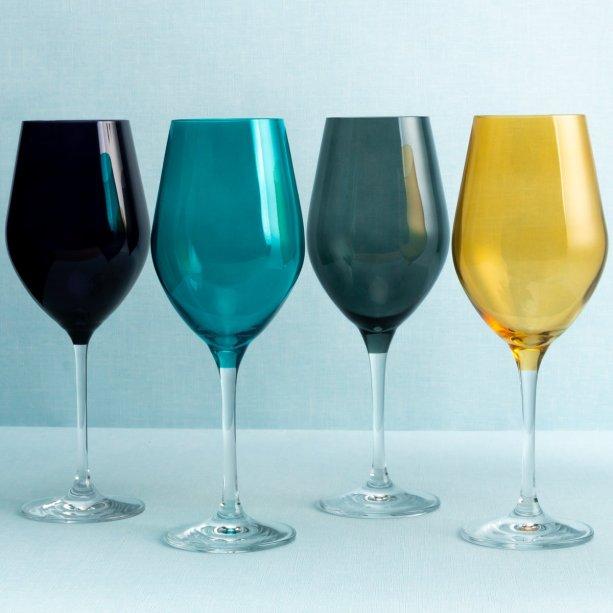 """Taça de vidro Passion, de 300 ml, em diversas cores. <a href=""""https://www.etna.com.br/p/taca-de-vinho-tinto-passion-de-vidro-300-ml/0410369"""" target=""""_blank"""" rel=""""noopener"""">Etna</a>, R$ 22,99 a unidade<div class=""""etn-product__review""""><div class=""""rating""""><div class=""""rating-stars pull-left js-ratingCalc """"><div class=""""greyStars""""></div></div></div></div>"""