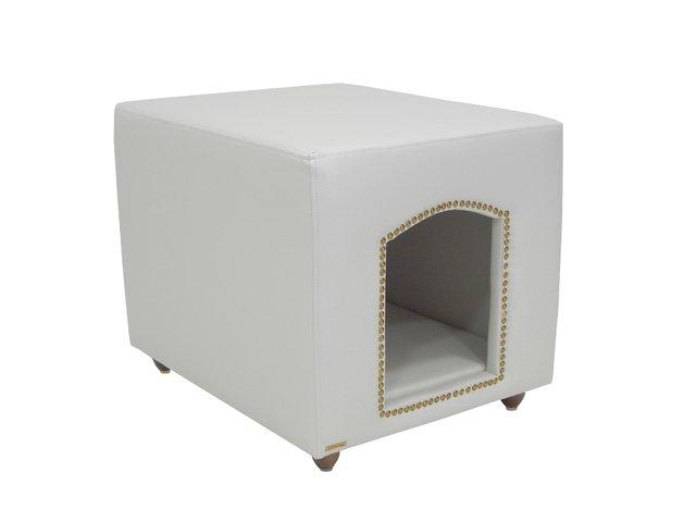 """Pufe Casinha Luxor Decor, com fundo removível e medidas de 50 x 50 x 62 cm. <a href=""""https://www.pequenochic.com.br/camas1/camas-e-sofas-joy-pet-design/casinha-luxor-decor-com-fundo-removivel-joy-pet-design-facto-dunas/"""" target=""""_blank"""" rel=""""noopener"""">Pequeno Chic</a>, R$ 998,90"""