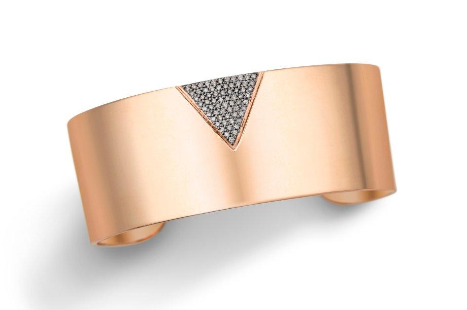 Pulseira de ouro rosé com diamantes brown. O modelo estruturado é moderno e fica ótimo com outras pulseiras em tons de prata.