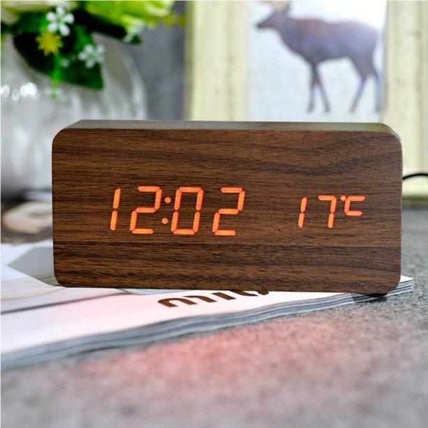 "Relógio de mesa digital, com LED (data, hora e temperatura), medidas de 15 x 7 x 4 cm. Funciona com pilha ou cabo USB. <a href=""https://www.americanas.com.br/produto/28314281/relogio-de-mesa-digital-data-hora-temperatura-led-sensor?WT.srch=1&acc=e789ea56094489dffd798f86ff51c7a9&epar=bp_pl_00_go_rel_todas_geral_gmv&gclid=EAIaIQobChMItomgu7vs4wIVBgaRCh2ZYwNJEAQYAiABEgICxPD_BwE&i=5c808b8849f937f6253fab2c&o=59de757beec3dfb1f8374217&opn=YSMESP&sellerId=1133262000278&sellerid=1133262000278&wt.srch=1"" target=""_blank"" rel=""noopener"">Americanas.com</a>, R$ 47"