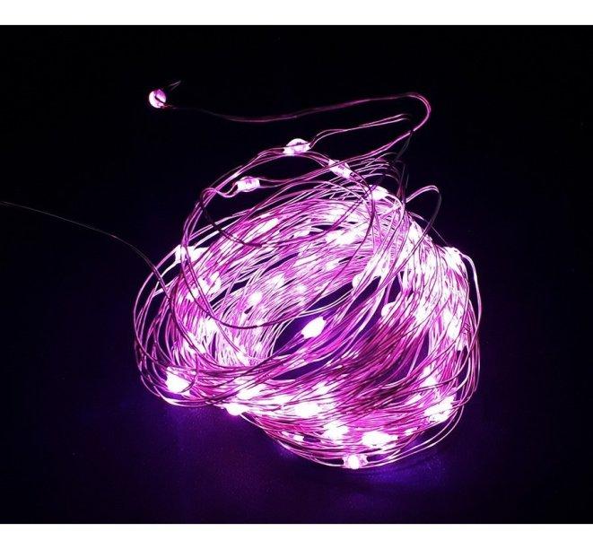"""Fio de fada Rosa, 10 m, com 100 microleds, funciona com pilha ou USB. <a href=""""https://benluz.com.br/fio-fada-cord-o-led-cobre-rosa-10-metros-100-lampadas"""" target=""""_blank"""" rel=""""noopener"""">Benluz</a>, R$ 29,99"""
