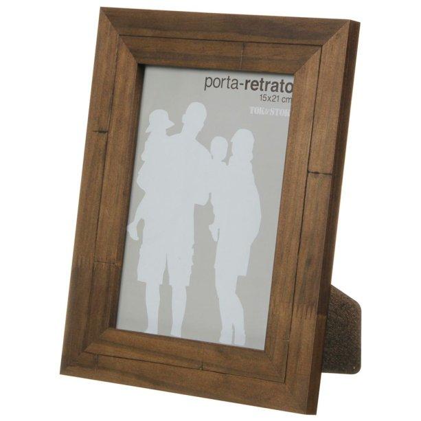 """Porta-retrato rústico. <a href=""""https://www.tokstok.com.br/porta-retrato-15-cm-x-21-cm-castanho-rustico/p?idsku=312995"""">Tok&Stok</a>, R$ 45,50"""