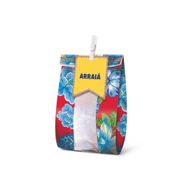 """Saquinho para lembrancinha, de papel-cartão (16 x 8 cm) com pregadores. <a href=""""https://festapratica.com/collections/festa-junina/products/kit-lembrancinha-festa-junina-c-10-cromus-festas"""" target=""""_blank"""" rel=""""noopener"""">Festa Prática</a>, R$ 13,99 com dez unidades"""