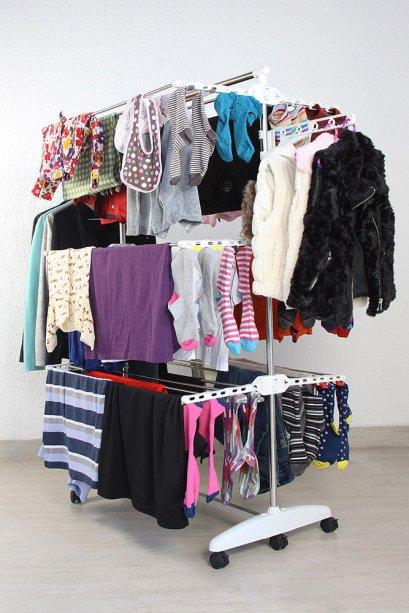 """SuperVaral dobrável (1,50 x 0,90 x 0,66 m montado), de aço inox, com seis prateleiras, 18 varetas, barra para cabides, 24 ganchos para meias e roupas íntimas e rodinhas. <a href=""""https://www.supervaral.com.br/produto/supervaral-sv100/"""" target=""""_blank"""" rel=""""noopener"""">Supervaral.com.br</a>, R$ 210"""