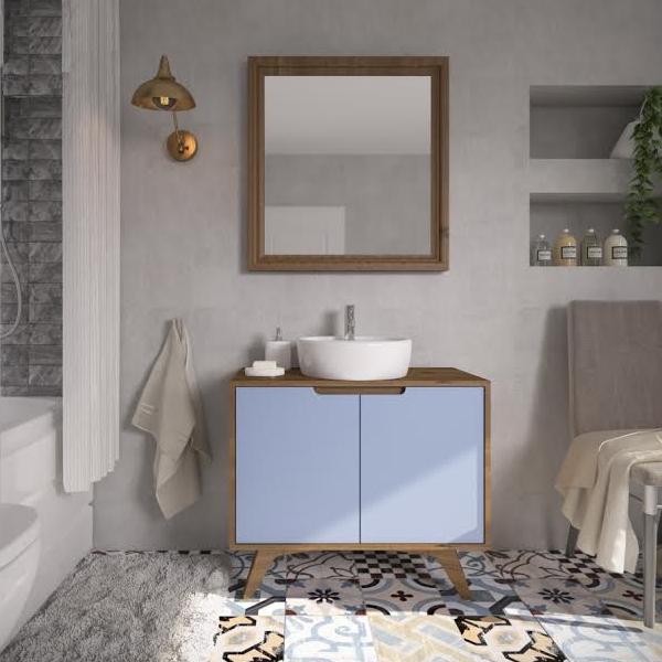 """Gabinete Tendance, da Artemobili, com duas portas e medidas de 85 x 40 x 75 cm. <a href=""""https://www.leroymerlin.com.br/gabinete-para-banheiro-tendance-75x85x40cm-garapa-e-azul-pec-artemobili_89497632"""" target=""""_blank"""" rel=""""noopener"""">Leroy Merlin</a>, R$ 917,90"""