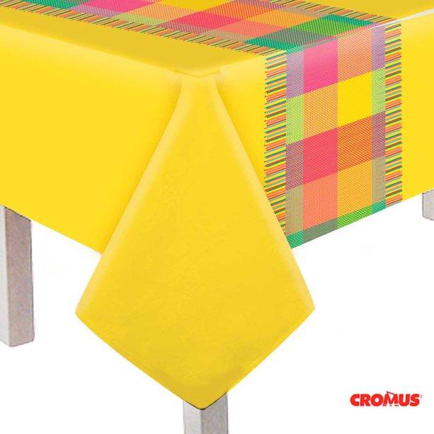 "Toalha de mesa de polietileno, medidas 1,18 x 1,80 m. <a href=""https://www.magazine25.com.br/p/cromus-arraia-junino---toalha-de-mesa-principal"" target=""_blank"" rel=""noopener"">Magazine25.com</a>, R$ 44,82"