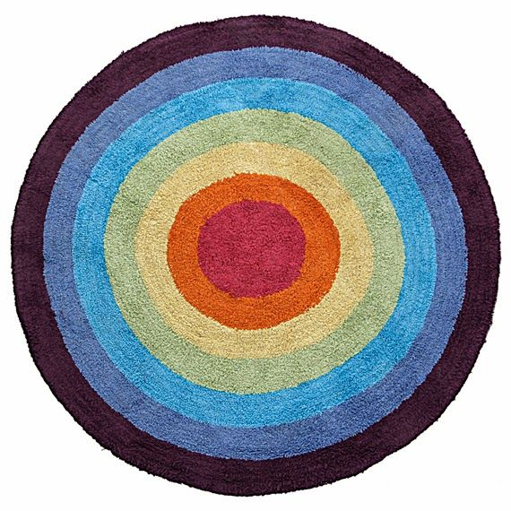 "Tapete Sunshine redondo, de algodão, 1,20 m de diâmetro. <a href=""https://www.tokstok.com.br/tapete-redondo-120-multicor-sunshine/p"" target=""_blank"" rel=""noopener"">Tok & Stok</a>, R$ 257,50"