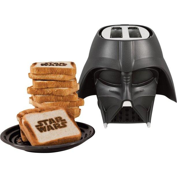"Torradeira Darth Vader, de PVC e metal (27 x 30 x 21 cm). <a href=""https://www.toyshow.com.br/torradeira-star-wars-darth-vader-think-geek"" target=""_blank"" rel=""noopener"">Toy Show</a>, R$ 499,90"