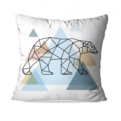 "Almofada Urso Escandinavo, de poliéster, 35 x 35 cm. <a href=""https://www.wevans.com.br/almofada-avulsa-decorativa-urso-escandinavo"" target=""_blank"" rel=""noopener"">Wevans</a>, R$ 29,90"