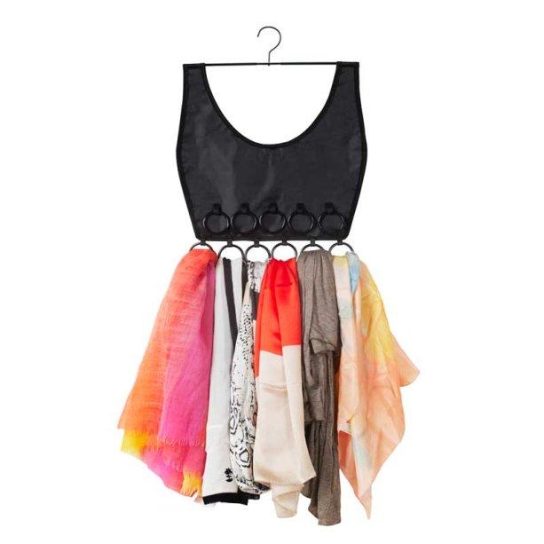 """<span>Vestido para Lenços, de poliéster, com 46 cm de altura. <a href=""""https://yru.com.br/loja2/produto/vestido-para-lencos/"""" target=""""_blank"""" rel=""""noopener"""">Yru</a>, R$ 57,50</span>"""