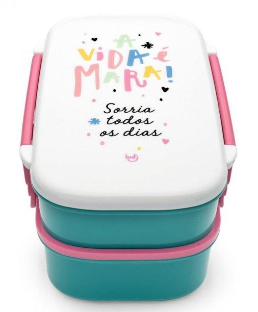 """Marmita Vida Mara, com porta-gelo, de polipropileno, com dois compartimentos e talheres. Medidas: 20 x 13 x 10 cm. <a href=""""https://produto.mercadolivre.com.br/MLB-1200169744-marmita-com-porta-gelo-vida-mara-ludi-_JM"""" target=""""_blank"""" rel=""""noopener"""">Mercado Livre</a>, R$ 74,90"""