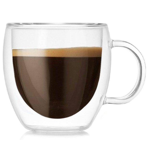 """Xícara de Café Vidro Duplo, capacidade para 100 ml. <a href=""""https://www.magazineluiza.com.br/xicara-de-cafe-expresso-cha-vidro-duplo-100ml-parede-dupla-homeco/p/dc86aej3kc/ud/ucxi/"""" target=""""_blank"""" rel=""""noopener"""">Magazine Luiza</a>, R$ 34,90"""