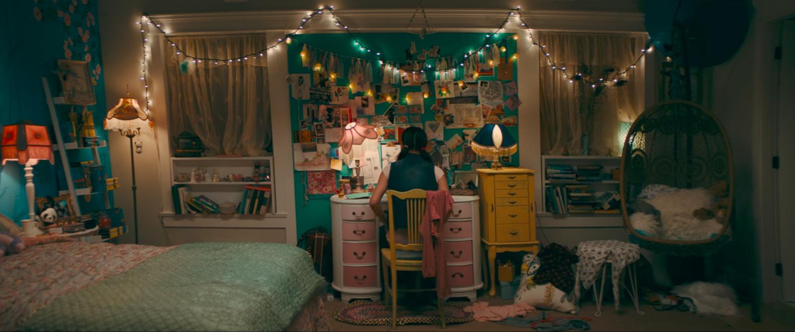 A protagonista do filme da Netflix é dona de um espaço bem girly e cheio de fotografias, livros e lembranças.