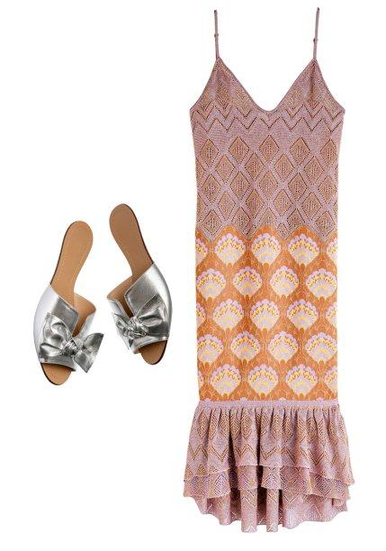 Vestido de lurex, <strong>Gig Couture</strong>, R$ 3 291*. Slides de couro,<strong> Corello</strong>, R$ 280.