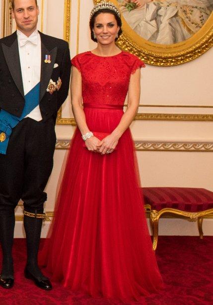 <strong>26 de setembro de 2016</strong> – Ainda no Canadá, Kate Middleton aposta em vestido vermelho da <strong>Preen by Thornton Bregazzi</strong> e acessórios do mesmo tom para um evento oficial. O broche e os brincos imprimem ainda mais elegância.