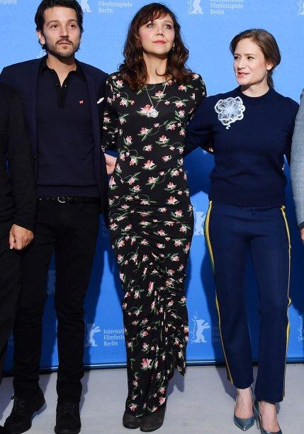 <strong>Maggie Gyllenhaal</strong> veste <strong>Preen</strong> em sessão de fotos do júri do festival.