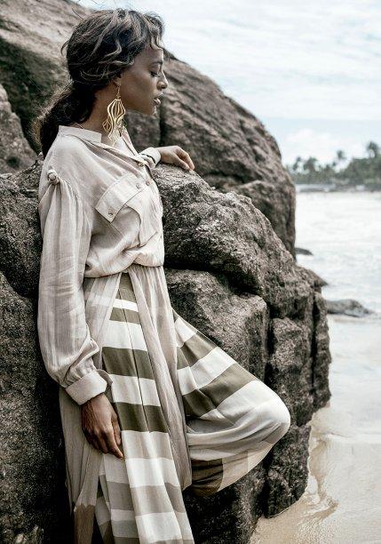 Vestido de crepe de seda, R$ 1 098, e calça de seda, R$ 438, <strong>Cholet</strong>. Brincos de metal, <strong>Christopher Alexander</strong>, R$ 371.