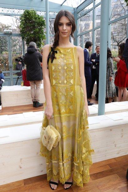 Emily Ratajkowski no desfile da Valentino