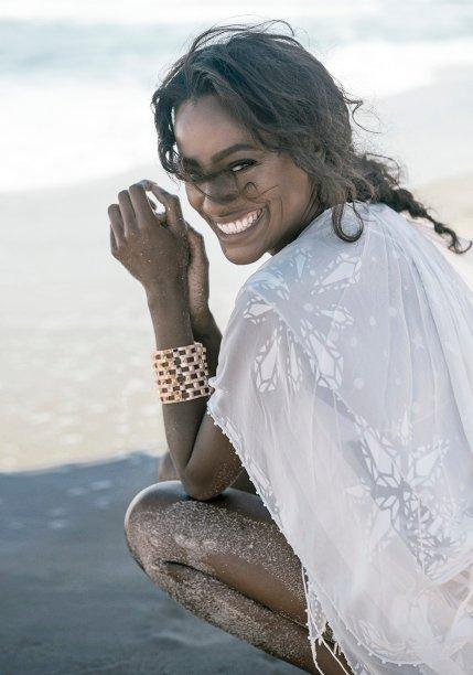 Top de seda,<strong> Helo Rocha</strong>, R$ 3 827. Bracelete de metal, <strong>Reinaldo Lourenço + Camila Klein</strong>, R$ 2 222.