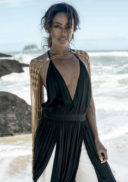 Vestido de seda, <strong>Animale</strong>, R$ 1 100. Calça de crepe, <strong>Seiki</strong>, R$ 200. Body chain de metal, <strong>Claudia Arbex</strong>, R$ 2 900.