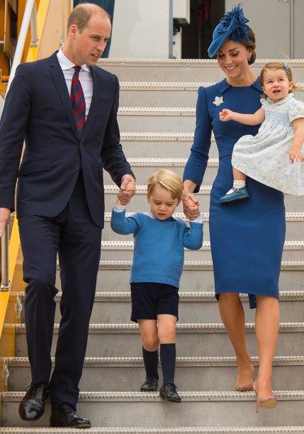 10 de junho de 2016 – Kate arrancou suspiros ao surgir de azul-claro e branco durante uma das várias comemorações dos 90 anos de Elizabeth II. O vestido-casaco é da grife<strong> Catherine Walker</strong>, uma de suas favoritas.