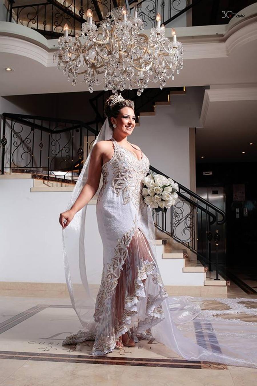 Estilista cria coleção de vestidos de noiva feitos com plástico reciclado