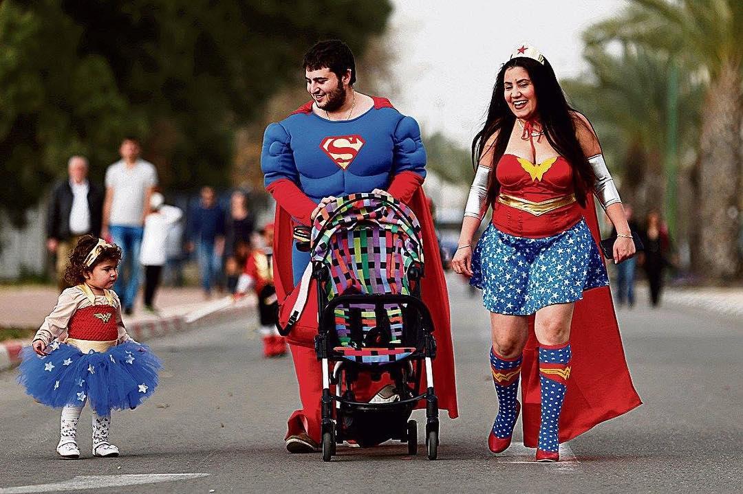 Fantasia de família para Halloween - super-heróis
