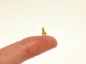 Girafa em miniatura feita de argila