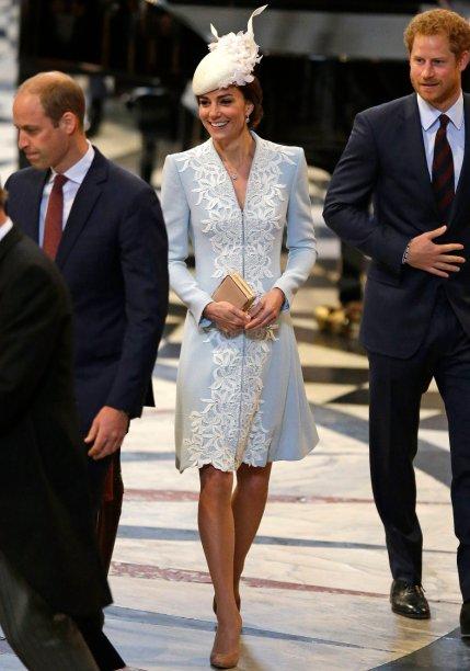 <strong>07 de fevereiro de 2016</strong> – Sempre elegante, Kate optou por um casaco de corte clássico da grife<strong> Alexander McQueen</strong> para o aniversário de 75 anos dos cadetes da Força Aérea Real. Acessórios escuros, em preto e azul-marinho, finalizaram.