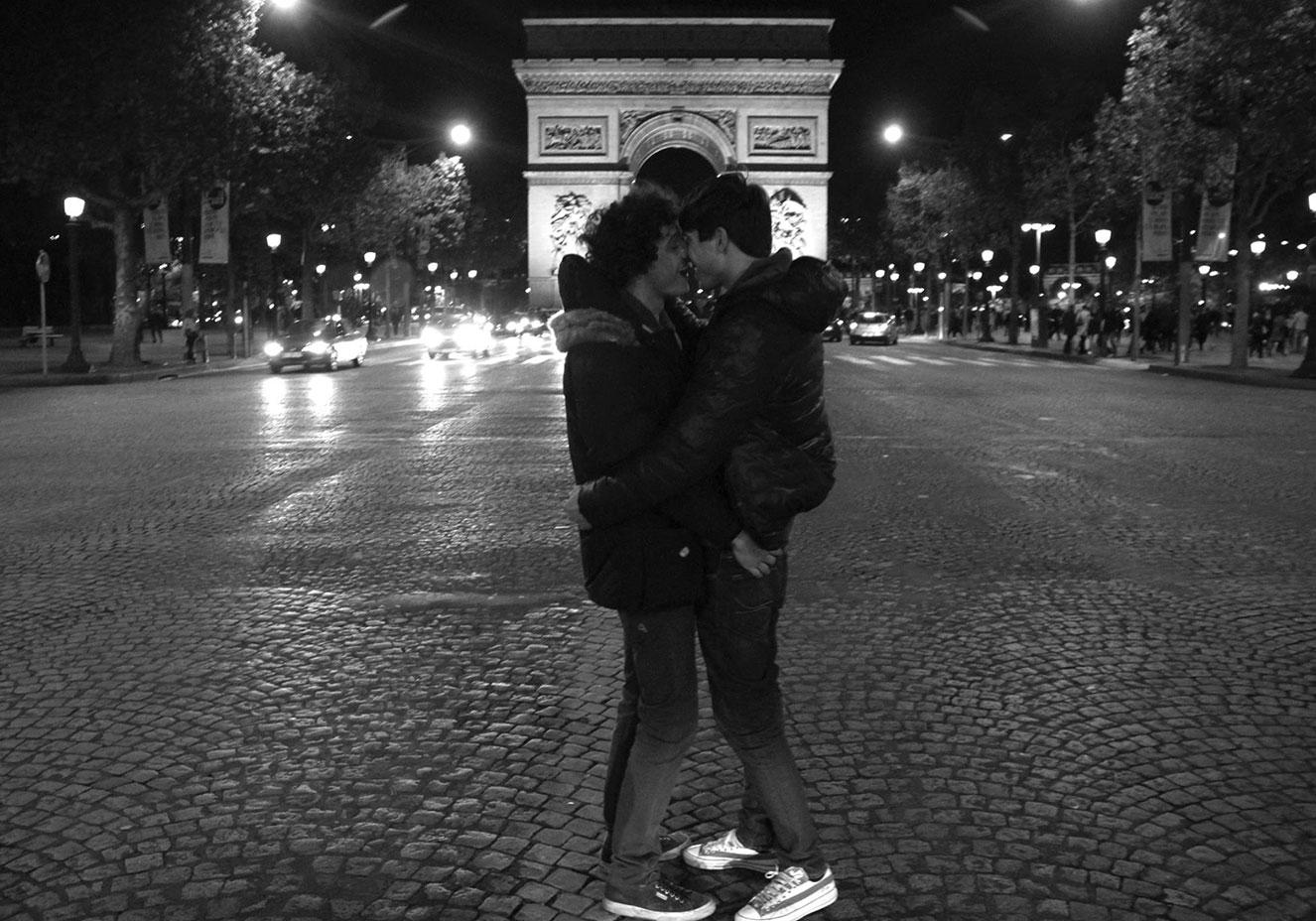 Reprodução/Facebook 100 World Kisses