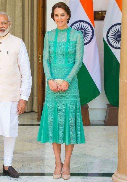 <strong>21 de outubro de 2015</strong> – Mais uma vez, a Duquesa investe em um modelo de renda da <strong>Dolce&Gabbana</strong> e, claro, acerta em cheio. O vestido ficou perfeito combinado com os escarpins do mesmo tom.