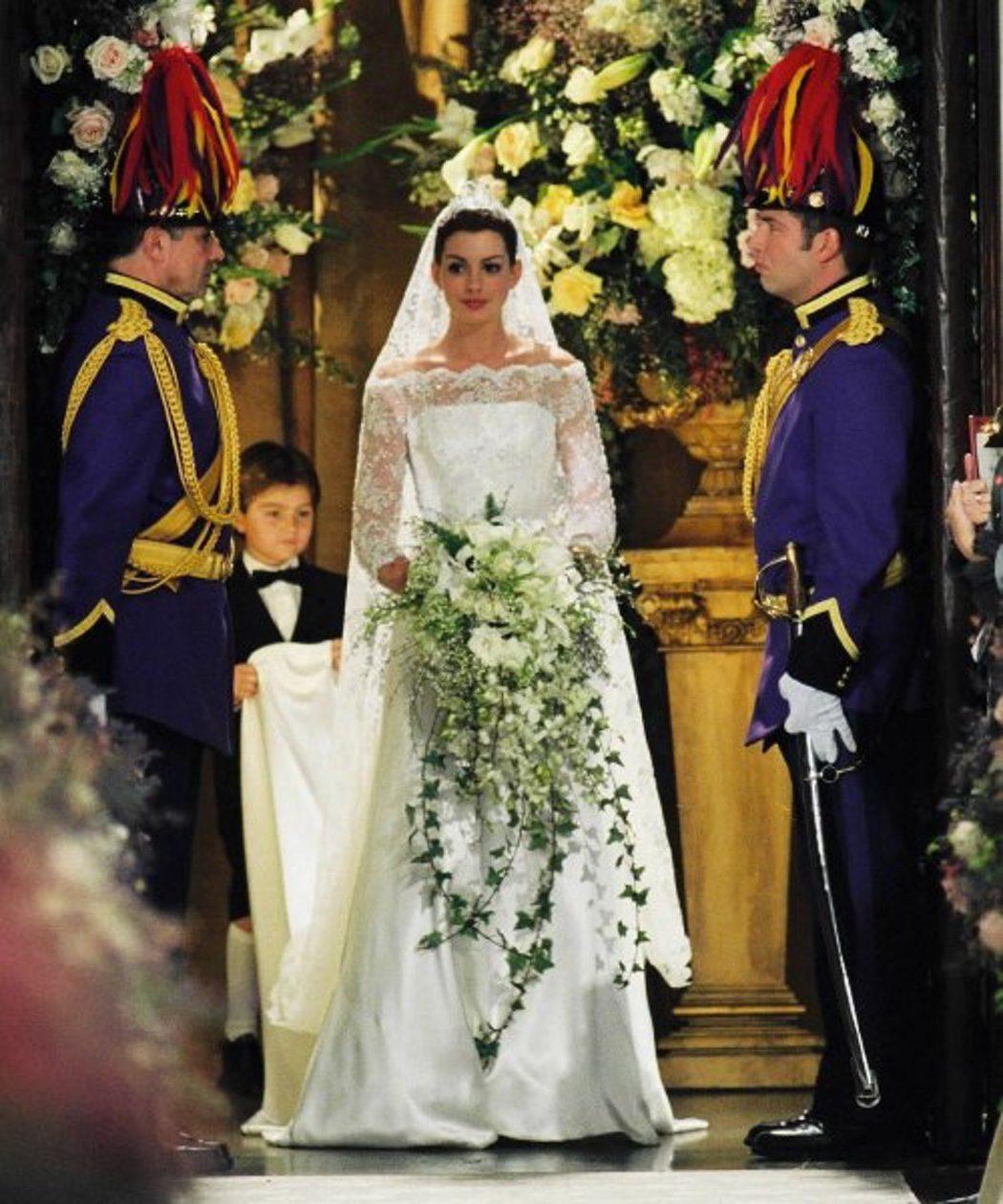"""Anne Hathaway, como a Mia Thermopolis, em """"O Diário da Princesa - Noivado Real (2004)"""""""