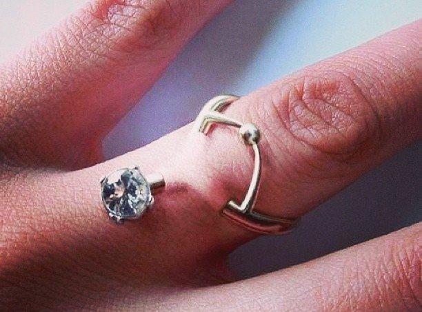 Casais decidem trocar tradicional anel de noivado por piercings nos dedos