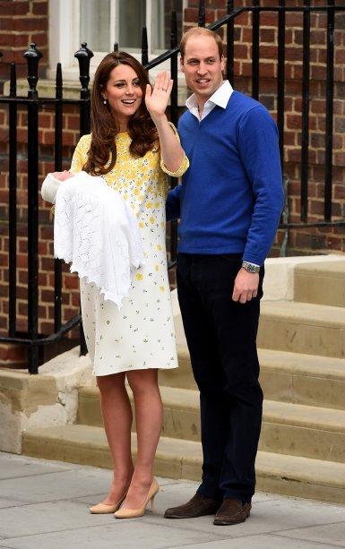 <strong>23 de outubro de 2013</strong> – Durante o batizado do Príncipe George, Catherine exibiu um look na mesma cor das vestes do pequeno. Fascinator com detalhe de rosa e redinha - tudo em creme – garantiu o toque tradicional.