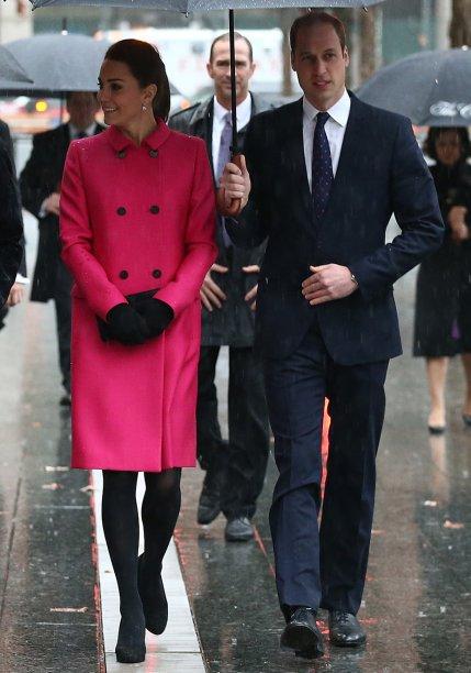 <strong>23 de julho de 2013</strong> – Conforto é a palavra de ordem da produção escolhida pela Duquesa para cumprimentar o público após o nascimento do primogênito. O vestido é <strong>Jenny Packham</strong>.