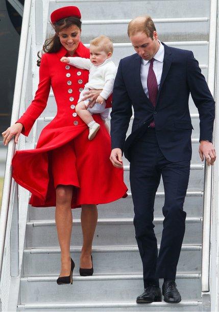 <strong>13 de junho de 2013</strong> – No oitavo mês de gestação de George, Kate imprime um pouco de ousadia à produção com vestido de <em>animal print</em> da<strong> Hobbs.</strong> Para equilibrar a estampa, a peça é confeccionada em tecido P&B.