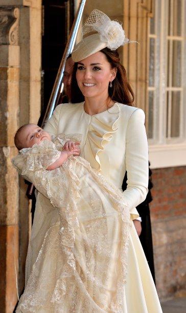 <strong>04 de junho de 2012</strong> – O look monocromático – com exceção dos escarpins nude – é assinado por Sarah Burton, da <strong>Alexander McQueen</strong>, mesma estilista responsável pelo vestido de noiva da Duquesa.