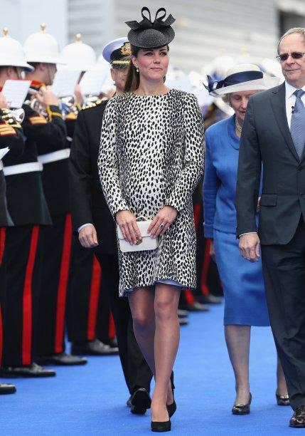 <strong>09 de julho de 2011</strong> - Catherine Middleton fez uma aparição no evento Brits to Watch, do BAFTA, a bordo de vestido lavanda-claro da <strong>Alexander McQueen</strong>. Acessórios repletos de brilho, incluindo brincos emprestados por Sua Majestade, arremataram.