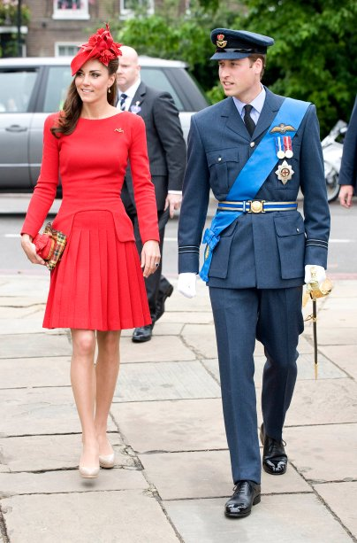 <strong>09 de junho de 2011</strong> – O primeiro evento de gala após seu casamento com Príncipe William pedia uma produção especial. O belo vestido de paetês rosé, adorado com cristais Swarovski, é assinado por <strong>Jenny Packham</strong>.